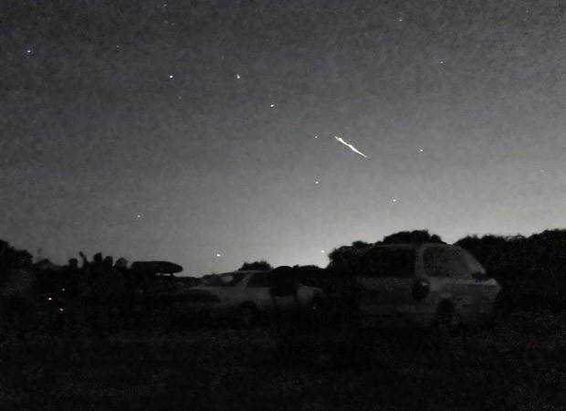 Estrela cadente é vista em ponto de observação em Palo Alto, na Califórnia, estado dos EUA. Astrônomos têm registrado fenômenos semelhantes nos últimos dias e esperam observar eque em breve uma chuva de meteoros cruzando os céus do estado, de acordo com agências internacionais (Foto: Phil Terzian/AP)