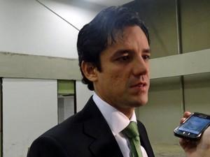 Candidato do PSDB, Daniel Coelho, chega ao Teatro Guararapes para participar do debate da TV Globo (Foto: Gabriela Alcântara/G1)