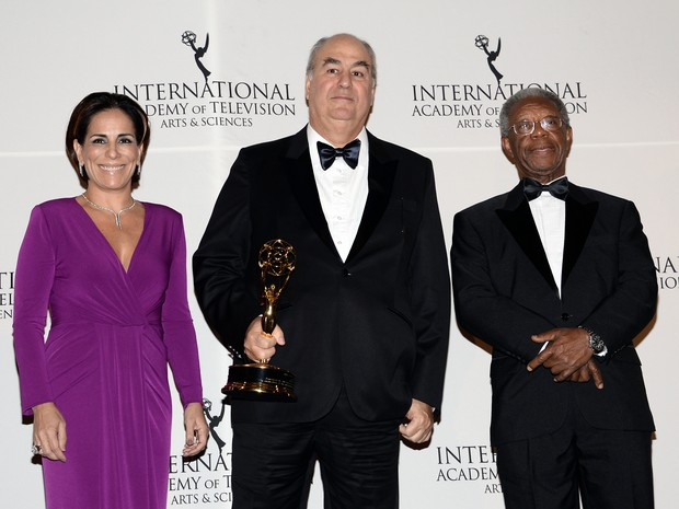 Roberto Irineu Marinho possa com a atriz Gloria Pires e o ator Milton Gonçalves após receber o Emmy em Nova York, nesta segunda-feira (24) (Foto: Evan Agostini/Invision/AP)