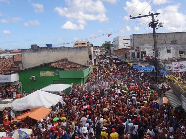 Desfile do Bacalhau na Vara lota ruas de Paratibe, em Paulista, Grande Recife (Foto: Simone Graf / G1)