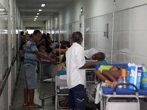 Pacientes são atendidos no meio dos corredores do Socorrão II (Foto: Diego Chaves/O Estado)