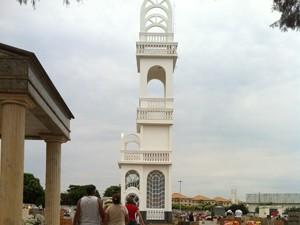 Filho construiu 'torre branca' em homenagem à mãe (Foto: Marcela Matarim/G1)