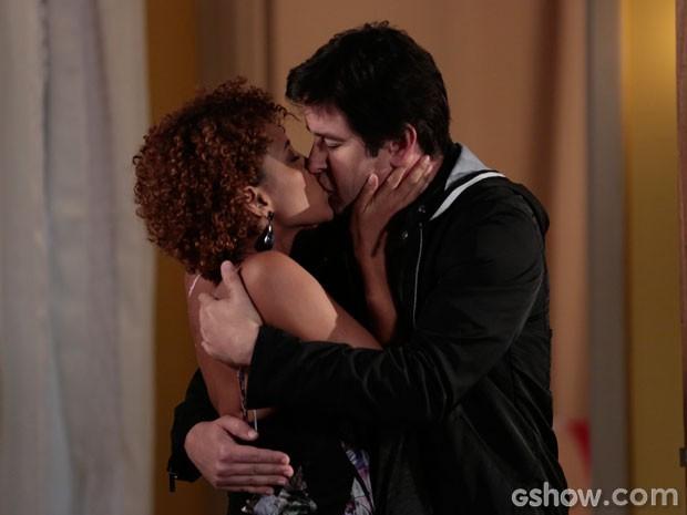 Uhuuu... quanta paixão! Verônica e Jonas se beijam (Foto: Felipe Monteiro/TV Globo)