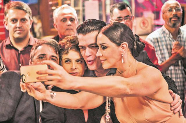 Claudia Raia com  Joelson Medeiros, Fabio Assunção e Drica Moraes nos bastidores de 'A fórmula' (Foto: Mauricio Fidalgo / TV Globo)