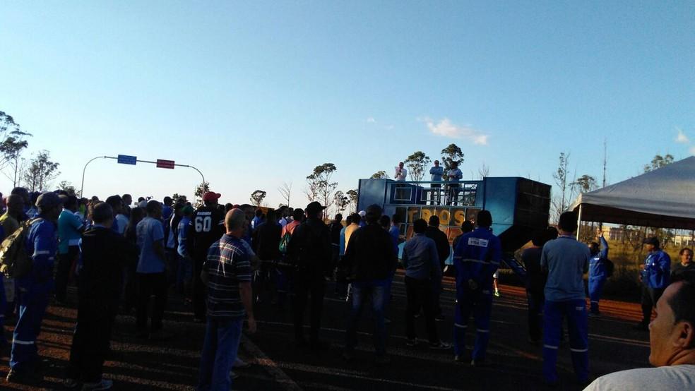 Manifestantes aglomerados em volta de carro de som, em frente à Papuda (Foto: Reprodução)