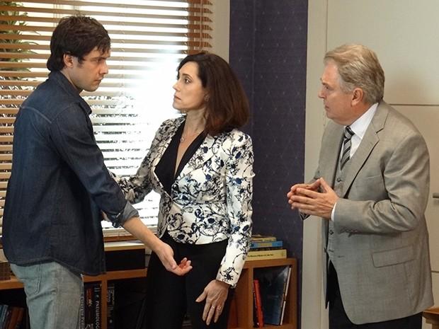 Caíque conversa com Maria Inês e Escobar sobre sua última operação (Foto: Rodrigo Brisolla/Gshow)