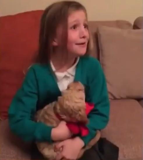 Menina ganha cachorro de Natal (Foto: Reprodução)
