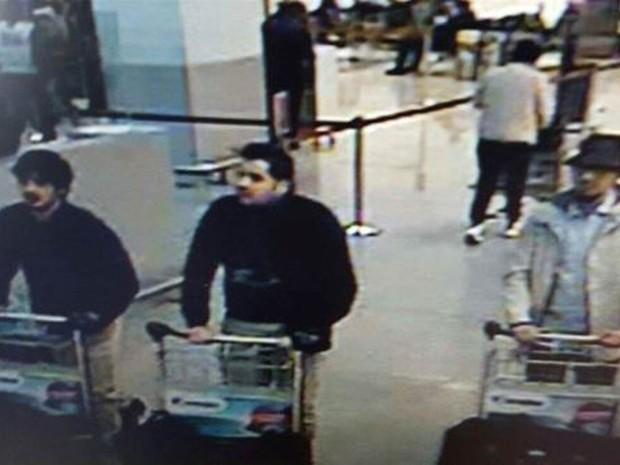 Imagem divulgada pela polícia federal belga mostra suspeitos de envolvimento com as explosões terroristas no aeroporto de Bruxelas, em vídeo capturado por câmera de segurança do aeroporto (Foto: AFP/Polícia Federal da Bélgica)