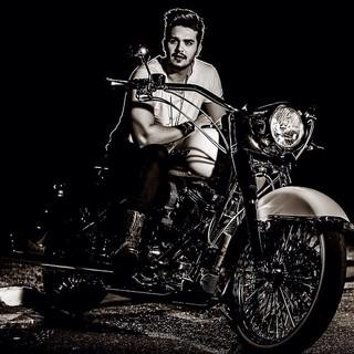 Luan Santana aparece na foto com uma moto, mas na infância, teve dificuldade em andar de bicicleta (Foto: Reprodução/Instagram)