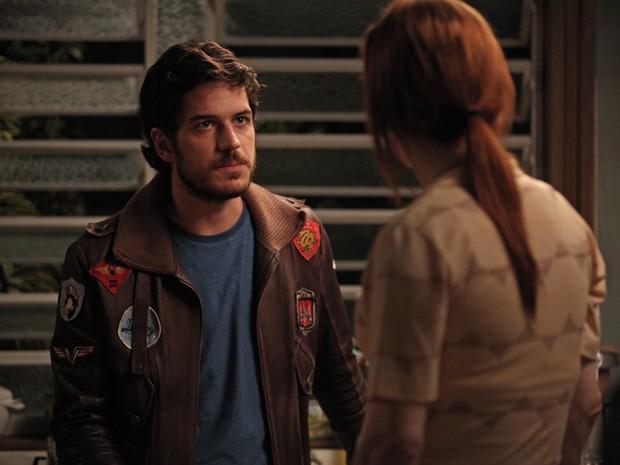 Rafael tenta fazer Márcia se lembrar de mais detalhes do dia que ela fez a troca dos bebês (Foto: Pedro Curi/TV Globo)