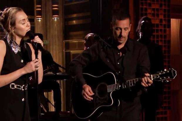Miley Cyrus e Adam Sandler cantam juntos (Foto: reprodução )