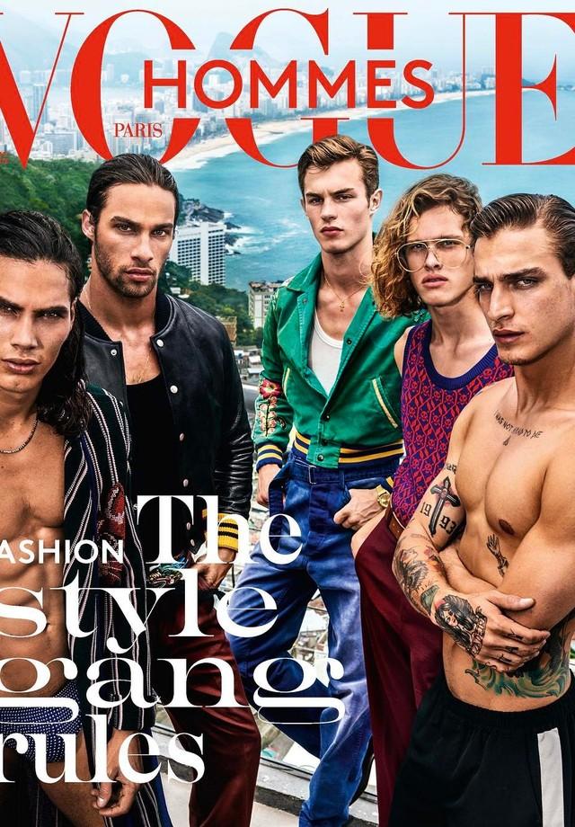 Capa (e recheio) da revista francesa Vogue Hommes foi clicada por Mario Testino no Rio (Foto: Reprodução)