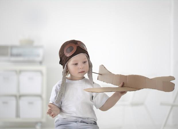 Avião e menino (Foto: Thinkstock)