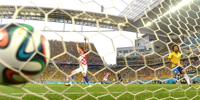 Marcelo faz gol contra jogo Brasil x Croácia Copa do Mundo (Foto: AFP)