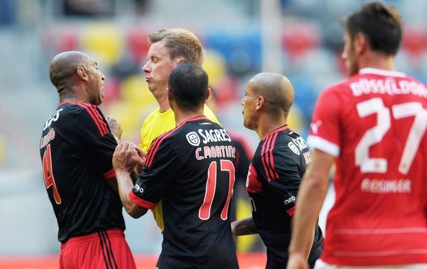 Luisão empurra Arbitro no jogo do Benfica (Foto: Getty Images)