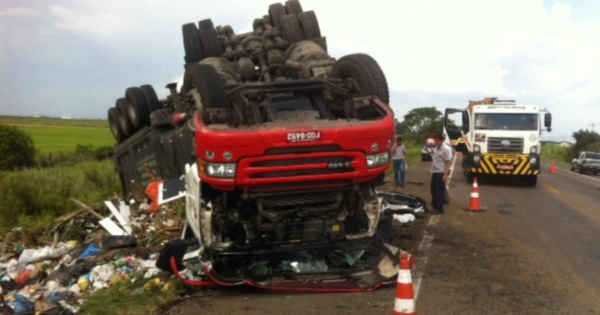 Motorista morre após caminhão de lixo capotar na BR-290, no RS - Globo.com