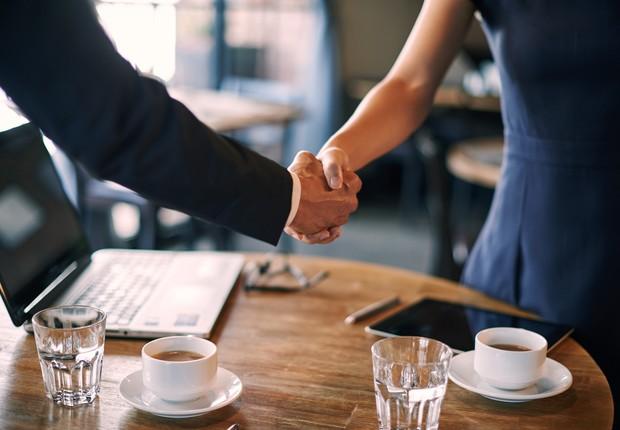 entrevista de emprego, acordo, negociação, aperto de mãos (Foto: Thinkstock)