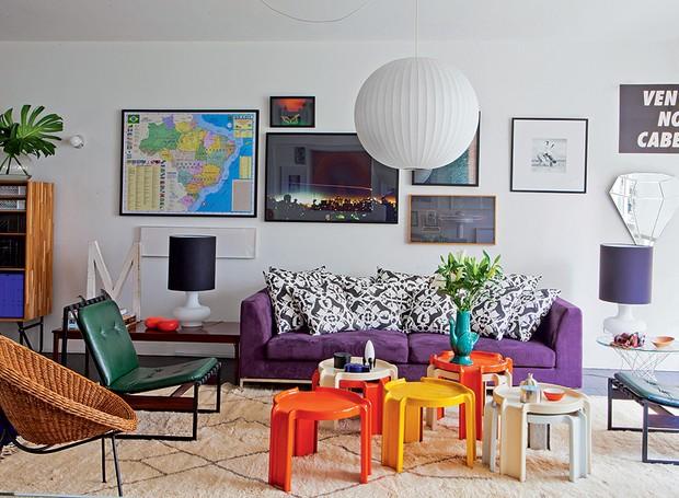 A sala do arquiteto Mauricio Arruda segue o conceito de nesting (aninhamento). Ela acolhe com peças de amigos, como a obra de Felipe Morozini. E tem o chamado design de superfície: cores fortes e tecidos gostosos que despertam sensações agradáveis (Foto: Lufe Gomes/Casa e Jardim)