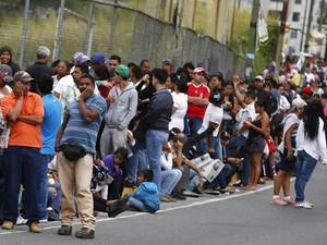 Venezuelanos fazem fila no lado de fora de um supermercado estatal em Caracas, na sexta (9) (Foto: Reuters/Jorge Silva)