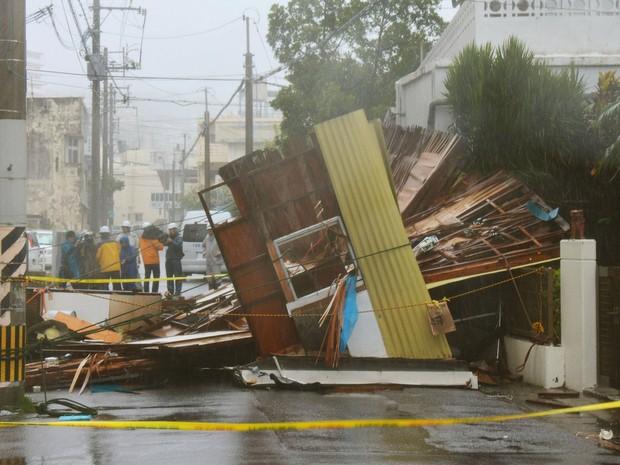 Casa de madeira destruída pela chuva e vendo é vista em Naha, na ilha japonesa de Okinawa, nesta terça-feira (8) após passagem do tufão Neoguri (Foto: Kyodo/Reuters)