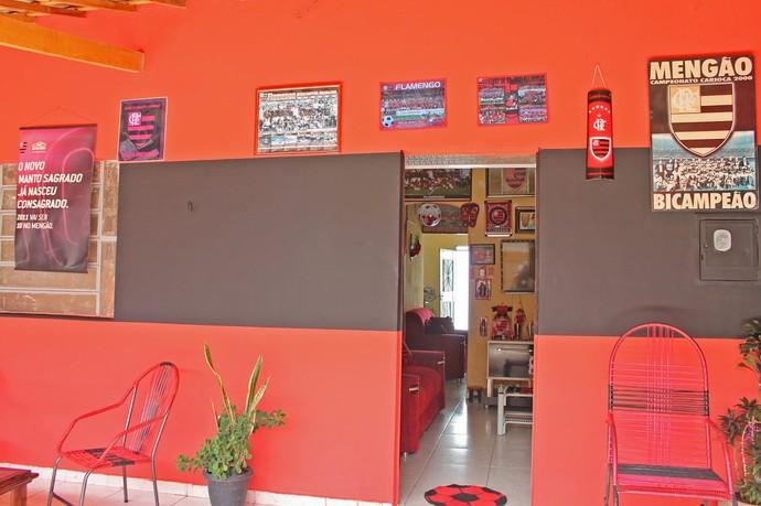A frente da casa ficou com as cores do Flamengo  (Foto: Emerson Rocha)
