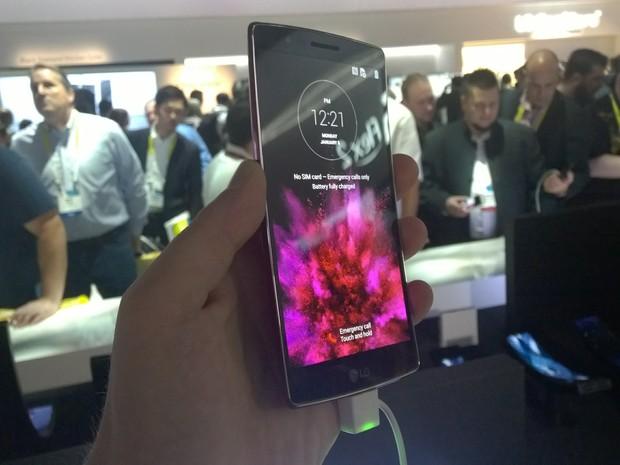 LG G Flex 2, celular com tela curva (Foto: Gustavo Petró/G1)