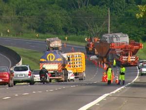 Incidente interditou duas faixas da rodovia no sentido interior (Foto: Pedro Santana/EPTV)