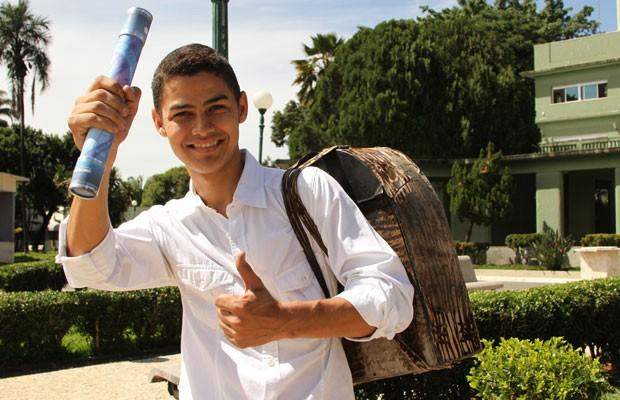 Engraxate Joaquim Pereira se formou em direito, em Goiânia (Foto: Adriano Zago/G1)