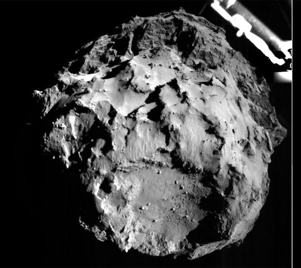 Foto mandada pelo módulo Philae durante a aproximação do cometa, a cerca de 3 km do corpo celeste (Foto: ESA/Rosetta/Philae/CIVA)