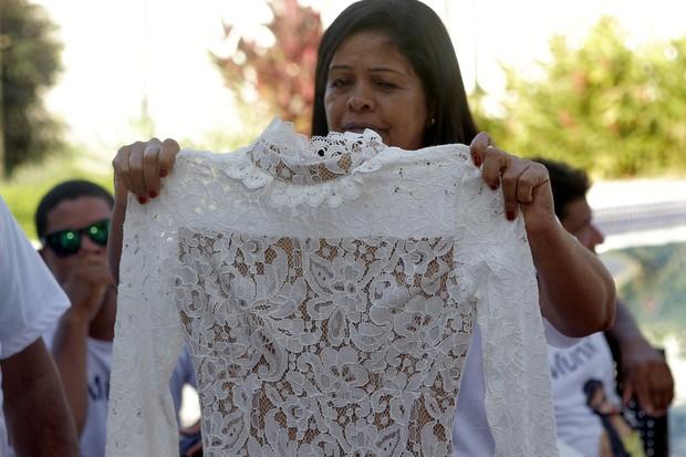 Fãs entregam vestido para mãe da Munik (Foto: Anderson Barros / EGO)