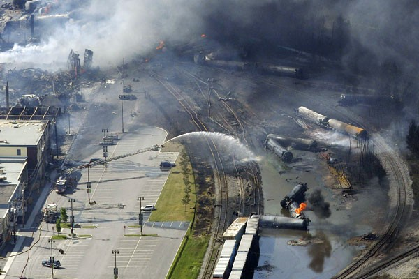 Bombeiros trabalham para apagar o fogo após o incêndio com um trem em Quebec, Canadá (Foto: Mathieu Belanger/Reuters)