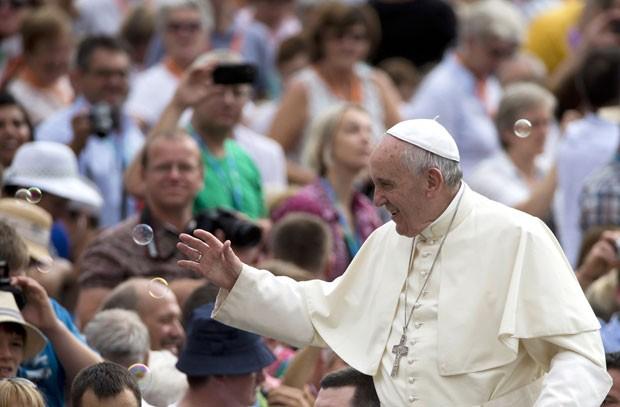 Bolhas de sabão são vistas ao redor do Papa Francisco nesta quarta-feira (2) durante audiência geral na Praça São Pedro, no Vaticano (Foto: Alessandra Tarantino/AP)