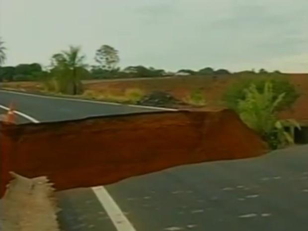 Chuva abriu uma cratera na Rodovia Euclides da Cunha (Foto: Reprodução / TV Tem)
