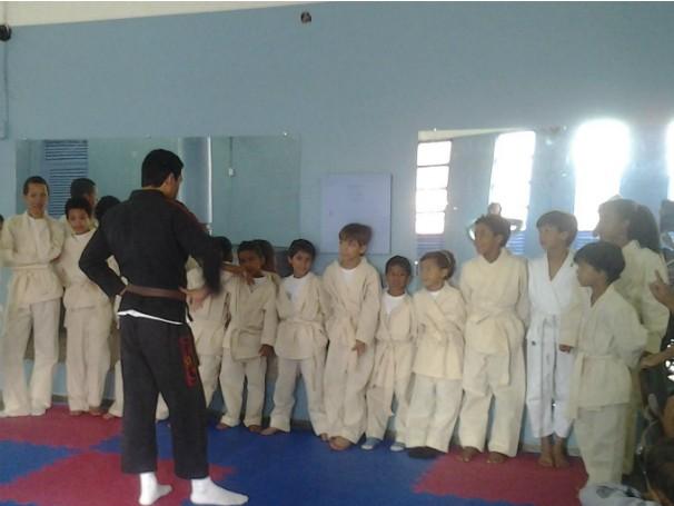 Crianças em aula de jiu-jitsu no Instituto Proeza, no Distrito Federal (Foto: Divulgação)