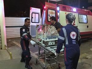 Bebê de 2 meses foi transferida por equipe do Samu (Foto: Sérgio Pinheiro/Noticiário Araraquara)