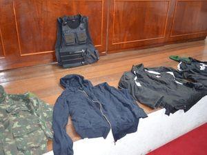 Grupo utilizava os mesmos casacos em todos os roubos (Foto: Marina Fontenele/G1)