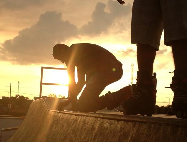 Patinadores preparam a pista para executar as manobras (Foto: Hugo Crippa/GLOBOESPORTE.COM)