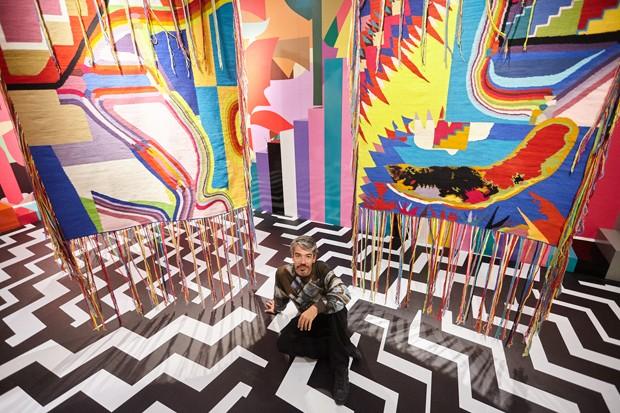 O artista Eli Sudbrack, AVAF, em sua exposição no MATE (Foto: Divulgação)