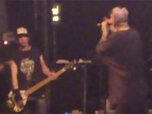 Vocalista Chorão (à direita) dá bronca em baixista Champignon durante show do Charlie Brown Jr. neste sábado (8) (Foto: Reprodução/YouTube)