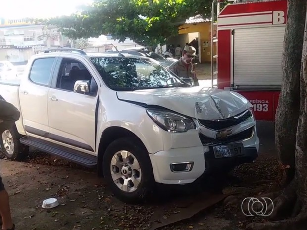 Motorista bate contra árvore e deixa criança em caminhonete, em Goiânia (Foto: Reprodução/ TV Anhanguera)
