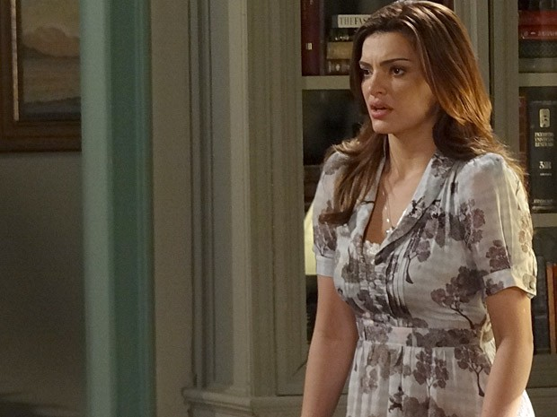 Elisa mal consegue disfarçar a raiva ao ouvir que Rodrigo e Miriam vão passar a noite juntos (Foto: Amor Eterno Amor / TV Globo)