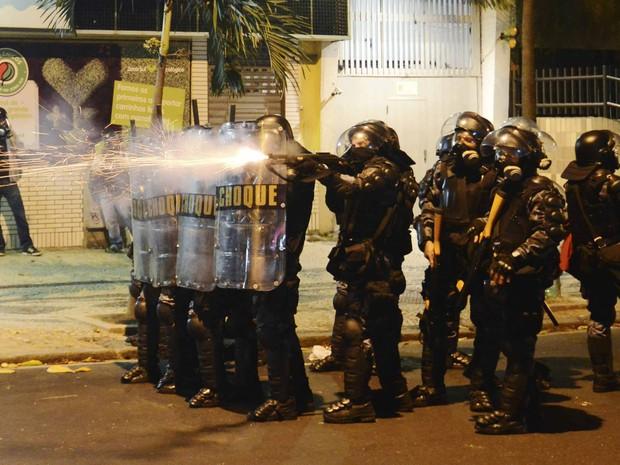Protesto no Leblon, na Zona Sul do Rio, termina com cenas de vandalismo (Foto: Lucas Landau/ Reuters)