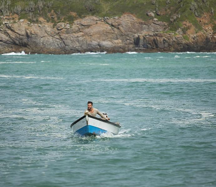 Mario pega barco de Chica emprestado para procurar por Alice (Foto: Lydio Cerqueira/Gshow)