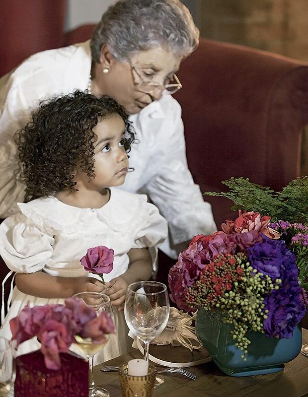 Manu com a avó, dona Jaci, que fez o vestido da netinha. A filha de Renata e Vasco foi a dama de honra e a dançarina mais animada da noite   (Foto: Juliana Farinha / Editora Globo)