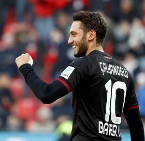Çalhanoglu comemora gol pelo Bayer Leverkusen (Foto: REUTERS/Wolfgang Rattay)