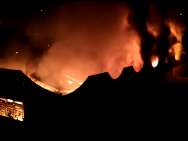 Barracão pega fogo e assusta moradores em Águas de Lindóia (Foto: Reprodução/EPTV)