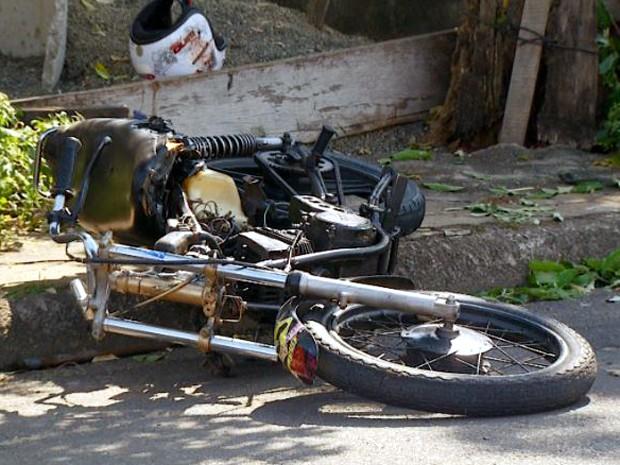 Jovem em fuga morre após cair de moto e bater em árvore em Sumaré (Foto: Reprodução/EPTV)