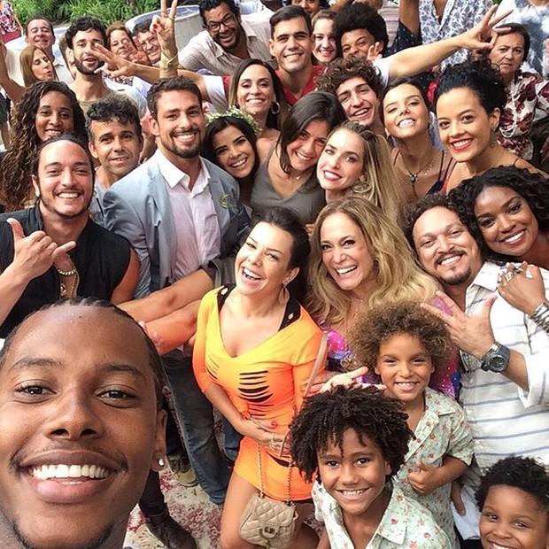 Elenco de A Regra do Jogo grava no sábado de carnaval (Foto: Reprodução/Instagram)