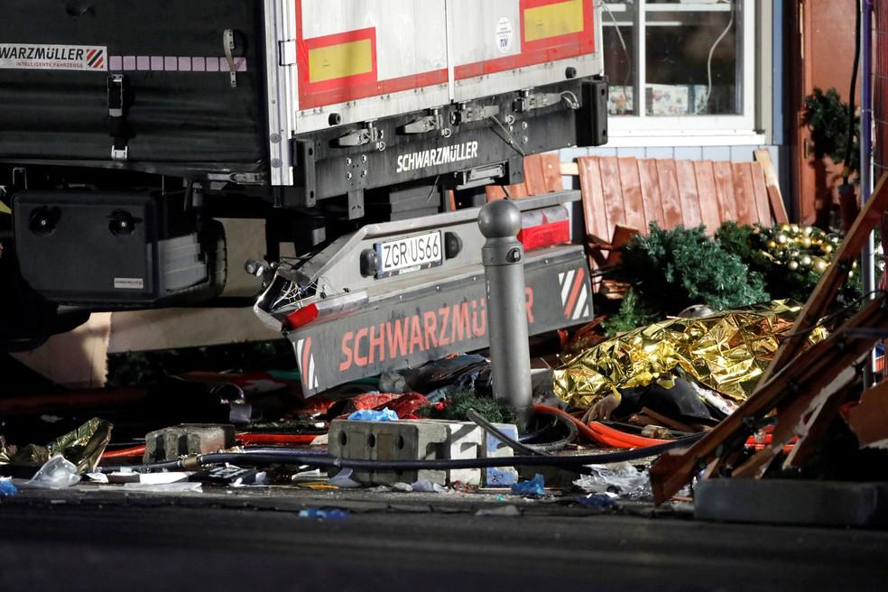 Cobertor de resgate cobre corpo de vítima depois que caminhão invadiu praça com feira de Natal nesta segunda-feira (19) na Alemanha (Foto: REUTERS/Pawel Kopczynski)