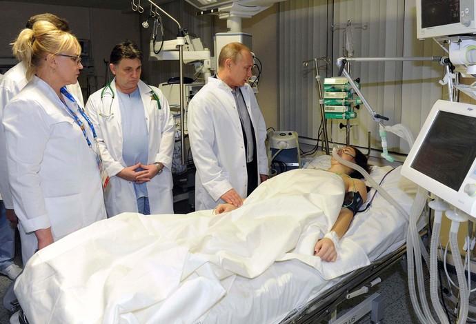 Vladimir Putin visita esquiadora acidentada maria Komissarova (Foto: Reuters)